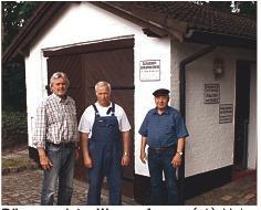 Bürgermeister Werner Asmus (v.l.), Holger Carstensen und Heinz Peitsch vor der noch geöffneten Einrichtung.<br />Foto: rmw
