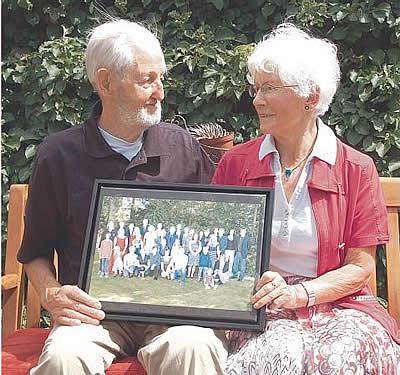 Immer noch glücklich vereint: Theodor und Anita Ries mit dem großen Porträt ihrer Familie.<br />Foto: FMW