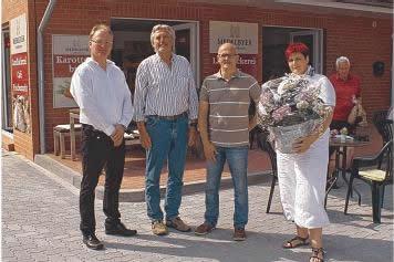 Bei der Eröffnung: Verpächter Andreas Pauckert, Wallsbülls Bürgermeister Werner Asmus mit Jörg Meß und Sabine Kähler von der Medelbyer Landbäckerei in Wallsbüll (von rechts [sig!]). Foto: Weiner