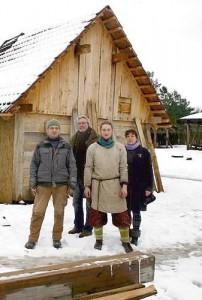 """Selbst bei Winterwetter hat die Arbeit nicht geruht: Wallsbülls Bürgermeister Werner Asmus (2. von links) mit einigen Freiwilligen in der Mittelalterlichen Hofanlage """"Valsgaard"""".Foto: R.M. Weiner"""