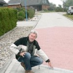 """Bürgermeister Werner Asmus an der gepflasterten Straße """"Sommers Barg"""". Foto: weiner"""