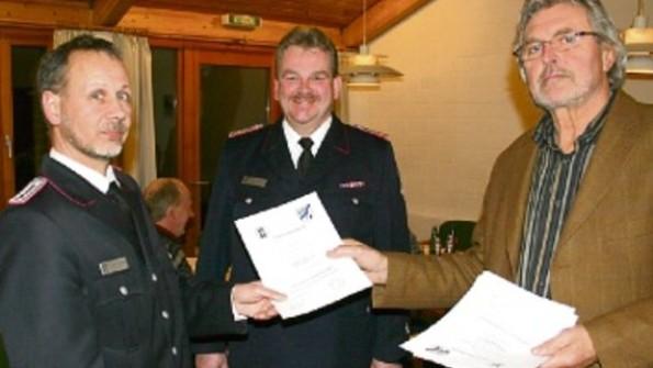 Werner Asmus (r.) verpflichtete im Beisein von Gemeindewehrführer Rainer Andresen (Mitte) Thorsten Wiedow (l.) zu dessen Stellvertreter. Foto: rmw