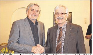 Jubilar Werner Asmus (l.) nimmt die Gratulation von Kreispräsident Ulrich Brüggemeier entgegen. Foto: Friedrichsen
