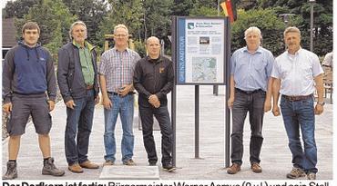 Der Dorfkern ist fertig: Bürgermeister Werner Asmus (2.v.l.) und sein Stellvertreter Andreas Paukert (3.v.l.) mit Firmenvertretern. Foto: friedrichsen