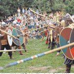 Wer gewinnt die Schlacht um Wallsbüll? Bei den Kämpfen ist Schutzkleidung Pflicht. Foto: Helga Böwadt