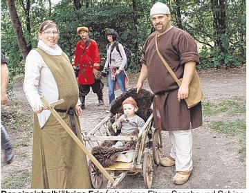Der eineinhalbjährige Eric (mit seinen Eltern Sascha und Sabine Stoltenberg aus Brunsbüttel) ist schon ein echter Wikinger. Foto: Helga Böwadt