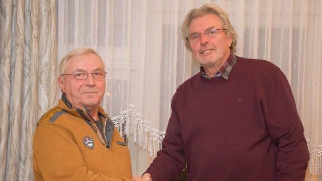 Nach 36 Jahren ist Schluss: Bürgermeister Werner Asmus (rechts) bedankt sich bei Heinz Peitsch, der zuverlässig die Aufgaben eines Gemeindearbeiters erledigt hat. Foto: Friedrichsen