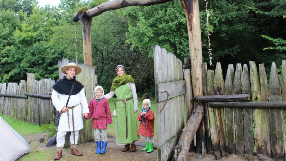 Sie haben das neue Osttor entdeckt: Andreas und Susanne Szakacs mit ihren Söhnen Matthias (8) und Joachim (4) aus Neu-Ulm. (Foto: Helga Böwadt)