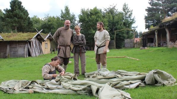 Die Valsgaarder reparieren Reginas Sachsen-Zelt, das für die Filmaufnahmen benötigt wird. (Foto: Helga Böwadt)