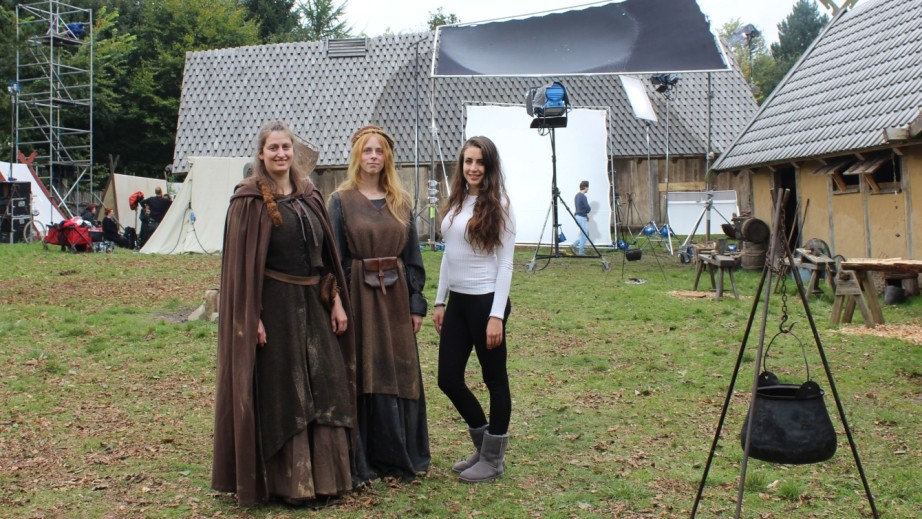 """Komparsen bei den Dreharbeiten zu """"Redbad"""" warten auf ihren Einsatz: Carina Eydt (von links) und Marilena Wittmaack mit Mariella Klaassen van Oorschot vom Produktionsteam."""