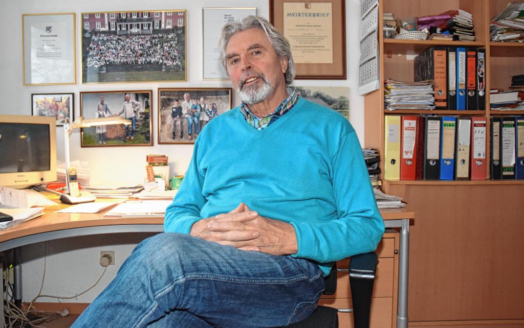 Akten, Auszeichnungen und Familienfotos: Werner Asmus in seinem Büro in Wallsbüll. - Foto: Gero Trittmaack
