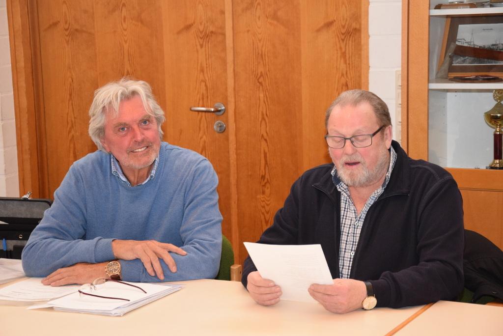 Jacob Rasmussen (l.) überrascht Werner Asmus mit einem selbstverfassten Gedicht. - Foto: Reinhard Friedrichsen