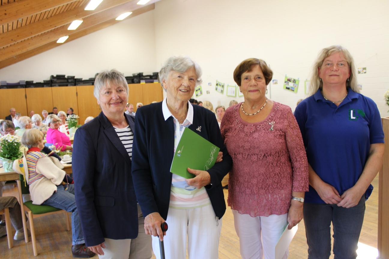 Ilka Wartenberg vom Kreisvorstand (v.l.) überreicht die Silberne Biene mit Landesfarben an Lotti Bös und Irene Späth; rechts Vorsitzende Gisela Nielsen. – Foto: Helga Böwadt