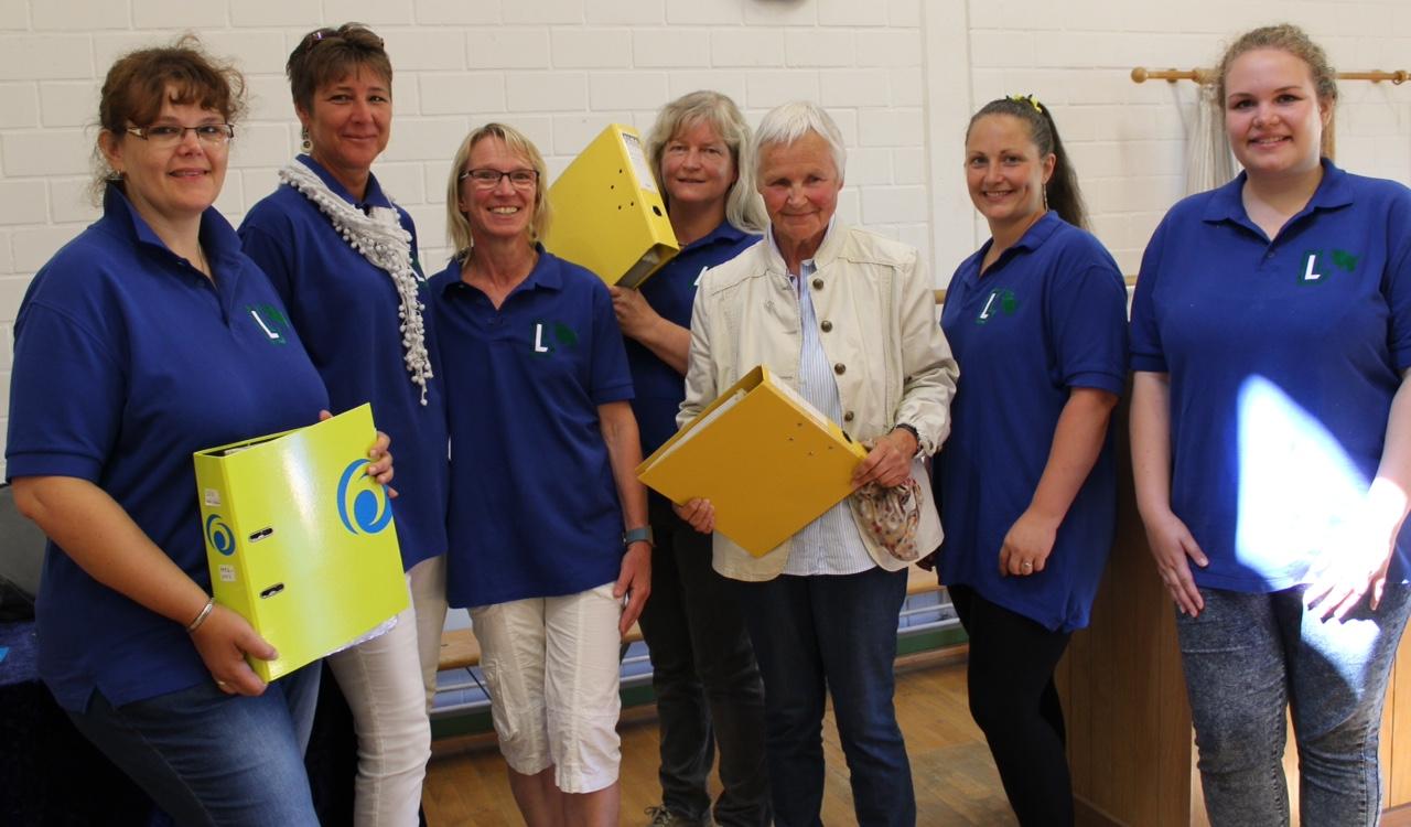 Dicke Ordner mit Fotos des Landfrauenvereins übergibt Anke Mohr (2.v.r.) an den Vorstand. – Foto: Helga Böwadt