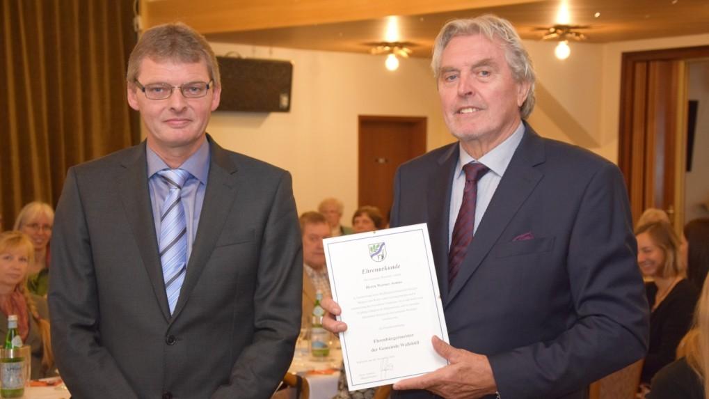 Werner Asmus (re.) wird von seinem Sohn und Nachfolger zum Ehrenbürgermeister ernannt.