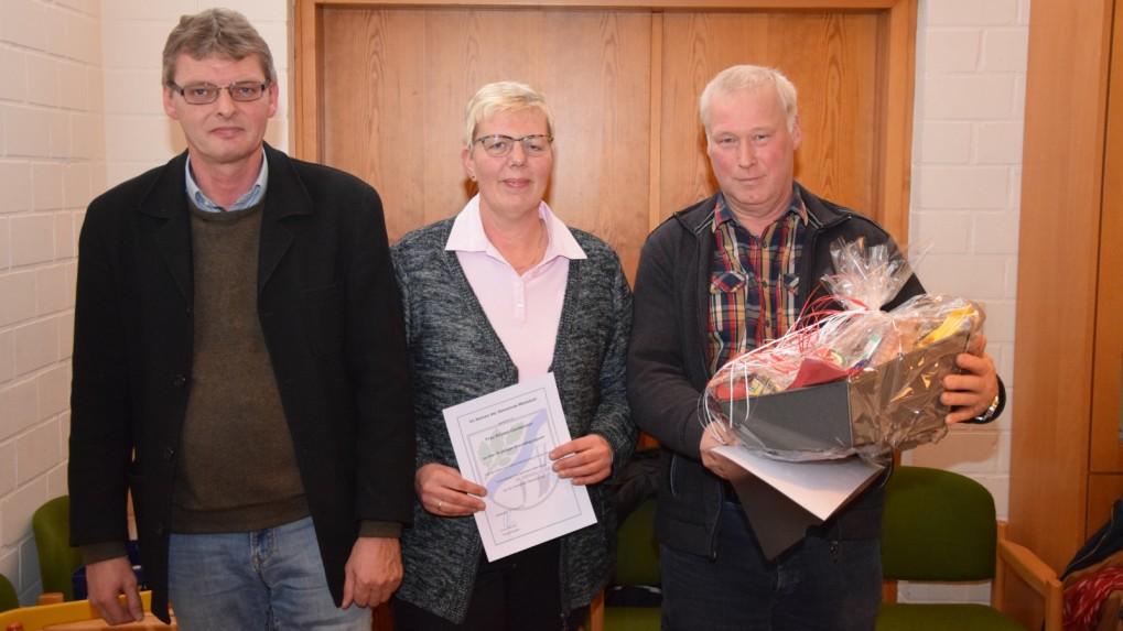 Unermüdlich im Einsatz: Bürgermeister Arno Asmus (links) ehrt Kirsten und Holger Carstensen für 25 Jahre Tätigkeit als Gemeindearbeiter. Foto: Reinhard Friedrichsen