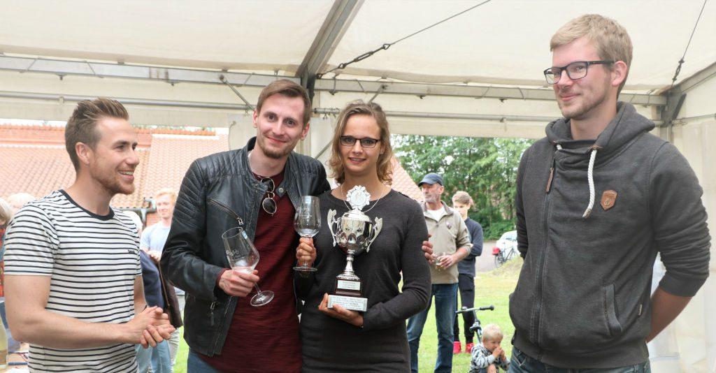 In der Mitte die Gewinner Sarah Johannsen und Max Möller, Fabian Steffen (links) und Torben Nielsen (rechts)