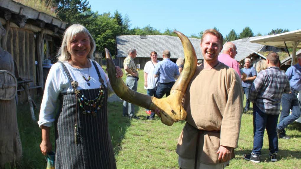 Vorsitzende Helga Pitroff und Kassenwart Tobias Albers werden zum Jubiläum beschenkt. - Foto: Helga Böwadt