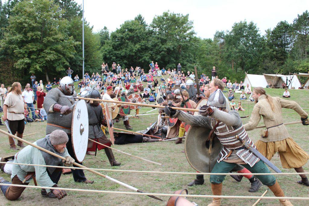 """Schwer bewaffnete Kämpfer tragen am Wochenende die """"Schlacht bei Wallsbüll"""" aus. - Foto: Helga Böwadt"""