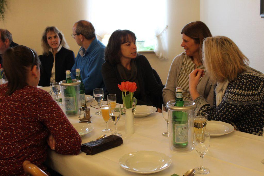 Angeregte Gespräche beim Neujahrsempfang - Foto: Helga Böwadt