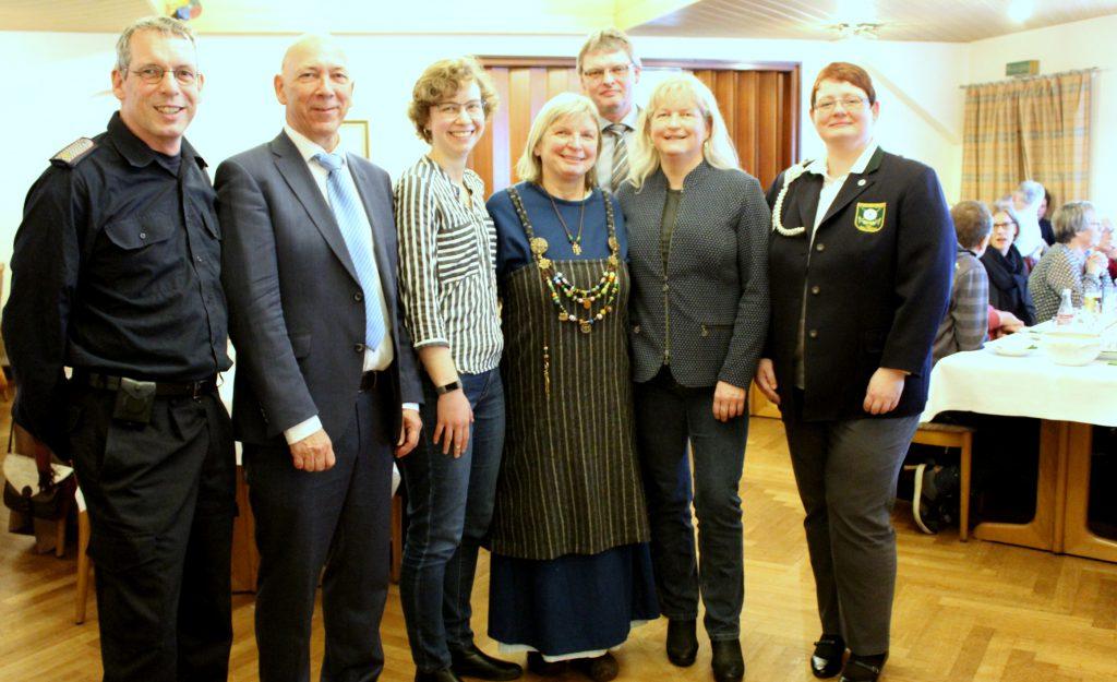 Bürgermeister Arnos Asmus mit den Vertretern der Vereine, Verbänden und Kirchen - Foto: Helga Böwadt