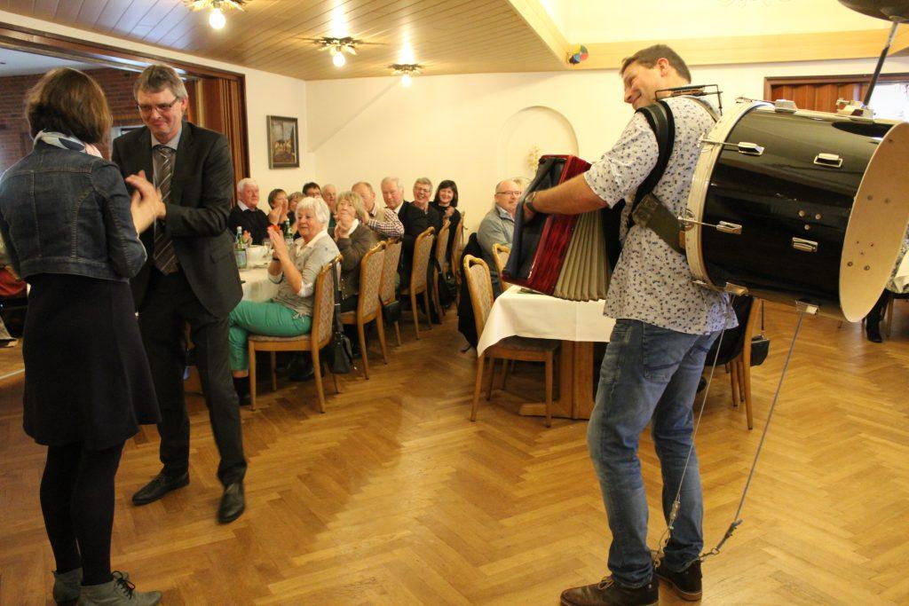 Bürgermeister Arnos Asmus mit Hilke Wagner beim Walzer- Foto: Helga Böwadt