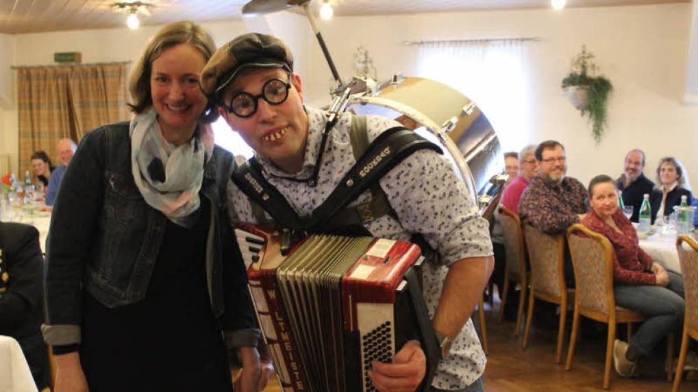 Gute Stimmung beim Neujahrsempfang bei Gemeindevertreterin Hilke Wagner und Philipp Scheel. - Foto: Helga Böwadt