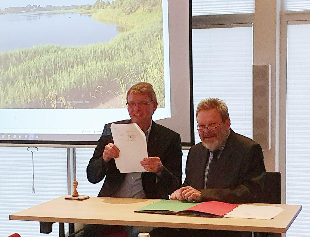 Bürgermeister Arnos Asmus präsentiert den Vertrag.