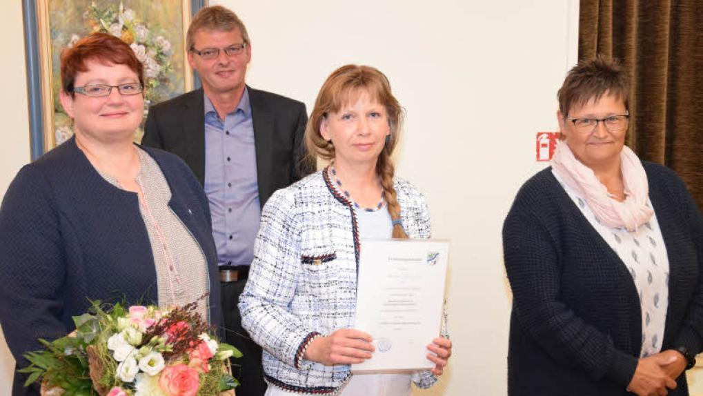 Bürgermeister Arno Asmus verabschiedete Heide Brodda (von li.), ernannte Karmen Tober und verpflichtete Gerda Wiborg. - Foto: Reinhard Friedrichsen